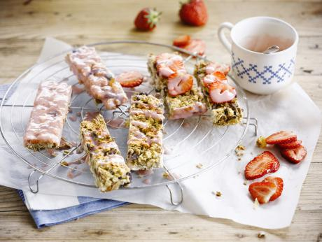 Fruity and crunchy granola bar