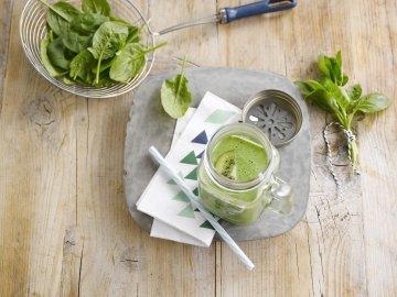 Smoothie verde com kiwi, espinafres e pepino