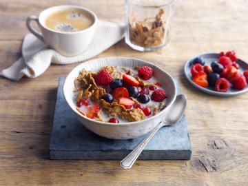Bol de fruits rouges du petit déjeuner